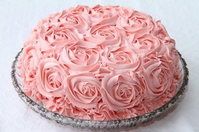 Leter du etter en kake du kan lage til en spesiell anledning? Bake til kakebordet i en bursdagsbesøk, familiebesøk, dåp eller konfirmasjon?I dette innlegget har jeg samlet mine 10 beste festkaker. som tar seg godt ut på kakebordet. Snickerskake Snickerskake er en fantastisk god og mektig kake. Kaken har en herlig marengsbunn med knuste ritzkjeks …