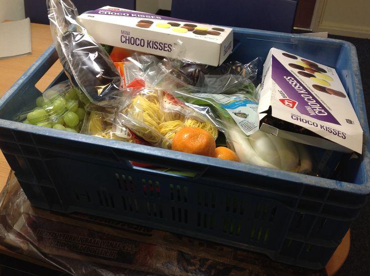Voedselpakket in een krat van de Voedselbank