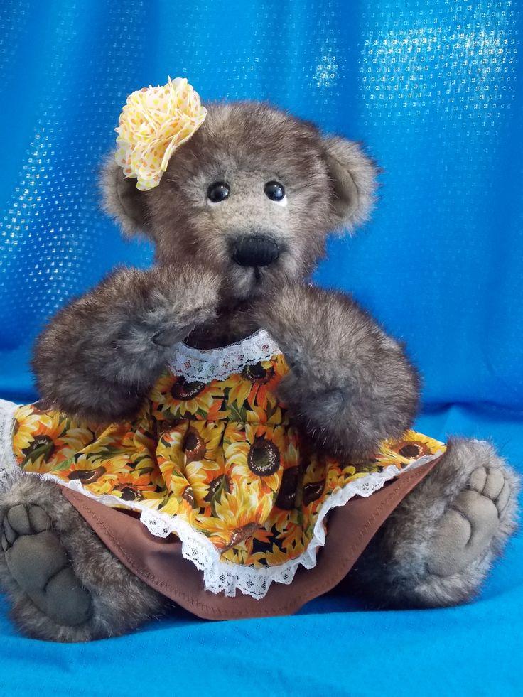 Florentine Florentine is a lovely teddy bear girl. She loves to play outside and danse in the garden. Florentine est une adorable petite oursonne qui aime jouer dehors et danser dans le jardin parmi les fleurs. www.facebook.com/ouronsetgroscalins #oursonne#teddy#bear#jointed#faussefourrure#fashion#collectible