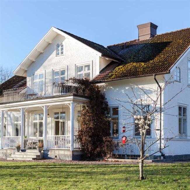 """Boningshuset på gården Lakvik är byggt i slutet av 1800-talet. När man beskriver gården Lakvik utanför Åtvidaberg är ordet idyll nästan i underkant. Hästarna betar i den stora hagen. På en kulle tornar det stora huset med två flyglar upp sig. På gräsmattan går några hönor och pickar. Och från verandan, med den fina trägungan, har man utsikt över en liten sjö. """"När vi träffades bodde vi i var sin lägenhet i Linköping. Det tog nog nästan ett år innan Björn berättade om gården."""""""
