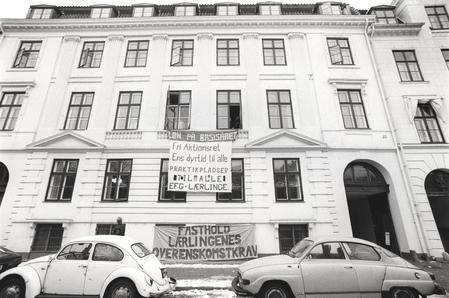 billede 1 : Bygningen med både en Folkevogn og en Saab 69 foran