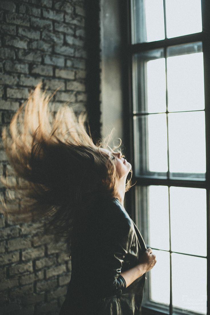 фотосессия в студии девушка в стиле рок в кожаной куртке
