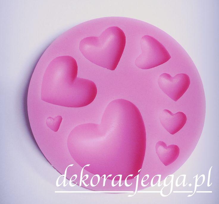 Forma silikonowa do ozdób z masy cukrowej   Forma wykonana z wysokiej jakości silikonu   w słodkim różowym kolorze   umieszczono na niej 8 różnej wielkości serduszek   idealna do odbijania wzorków na masie cukrowejśrednica foremki 7,5 cm   Zapakowana w oryginalne opakowanie