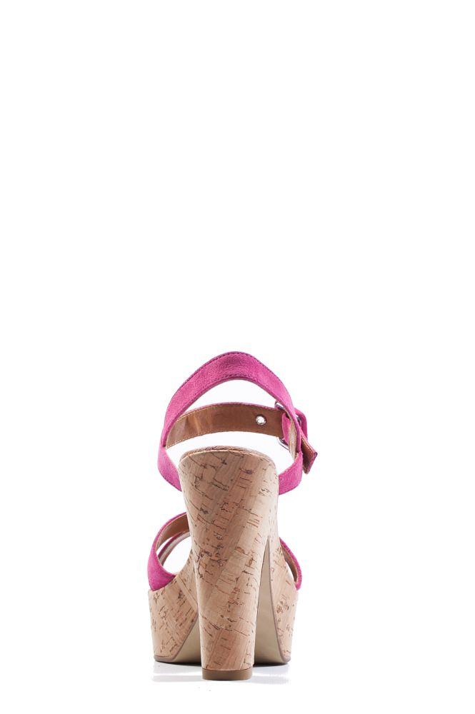 De achterkant van de Malu Rosa, het is een stoere, maar toch elegante sandaal met hak. De zool is vervaardigd uit kurk en de hard roze bandjes zijn gemaakt van suède. Ideaal te combineren met (feest)jurk, maar ook met een witte broek of jeans is deze sandaal té leuk. De Malu is ook verkrijgbaar in het zwart. #Bootsandwoods