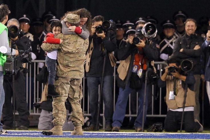 Um sargento da força aérea americana surpreende sua esposa e sua filha durante o segundo quarto de um jogo de futebol americano entre os New York Giants e os Green Bay Packers.