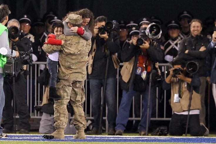 Un sargento de la Fuerza Aérea sorprende a su esposa y su hija durante el segundo cuarto de un juego entre los Gigantes de Nueva York y los Packers de Green Bay.