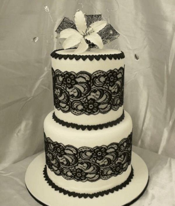 zweistöckige torte zur hochzeit - in weiß und schwarz  Hochzeit ...