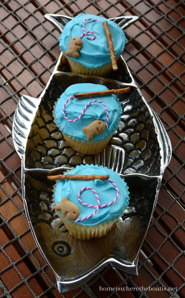 A sweet ending to a Gone Fishin' Picnic, Pretzel Rod Cupcakes! #cupcakes