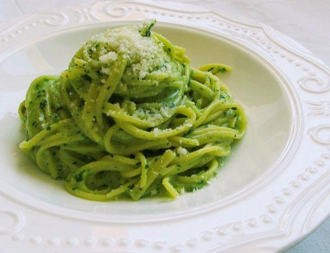 Kukuřičné špagety se špenátovým pestem, krok 1: V mixéru nejprve rozemeleme vlašské ořechy na jemno. Poté zamixujeme špenát, česnek, sýr Gran Moravia, olej, sůl a pepř (solte a pepřete postupně a během mixování ochutnávejte, aby bylo pesto podle Vaší chuti, olej také přilévejte postupně, dokud nebude mít pesto konzistenci hutnější pasty).