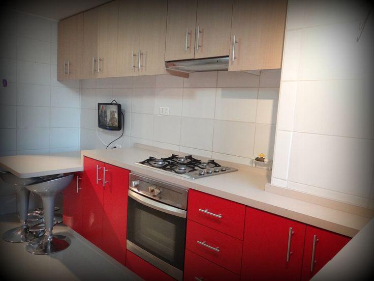 Cocina encimera con horno bajo superficie postformada for Cocinas enchapadas