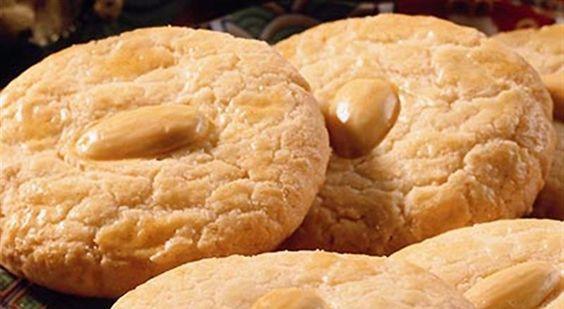 Υλικά συνταγής: Άχνη ζάχαρη: 240 γρ. Τριμμένα αμύγδαλα: 250 γρ. Αυγά: 3 ασπράδια Μισά αμύγδαλα: 12 (προαιρετικά) Εσανς πικραμύγδαλου: 3 - 4 σταγόνες (προαιρετικά) Οδηγίες: 1. Ανακατεύετε μαζί τα αμύγδαλα με τη ζάχαρη. 2. Χτυπάτε τα ασπράδια σε μαρέγκα. Προσθέτετε αν θέλετε το άρωμα. Προσεκτικά ρίχνετε το μείγμα του αμύγδαλου, ανακατεύοντας απαλά
