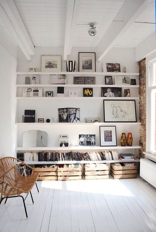 Eller hyllor längst in och soffan i mitten av rummet?