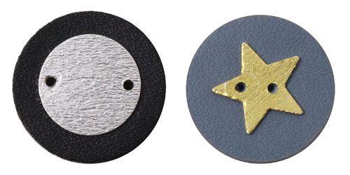 Knapper med skind og sterlingsølv mønt og stjerne - Til disse knapper er der brugt følgende materialer:  1 stk. skind-mønt 18mm, sort 1 stk. skind-mønt 18mm, grå 1 stk. mønt, 12mm sterlingsølv 1 stk. stjerne, 11mm forgyldt sterlingsølv  De 2 knapper er lavet ved først at lime henholdsvis stjernen og mønten ovenpå skind-mønten, og derefter er hultangen så brugt til at lave et eksta hul, samt hullerne igennem læderet.