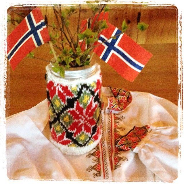 I anledning 17.mai kjørte vi igang en strikkekonkurranse. Dette er et av bidragene. @marbjo_ med sin Øst-Telemarksbunad #17mai #bunad #telemark #strikking
