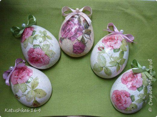 магнитики в виде пасхальных  яиц . гипсовые отливки нашла мк http://stranamasterov.ru/node/335398 , а  дальше декупаж фото 1