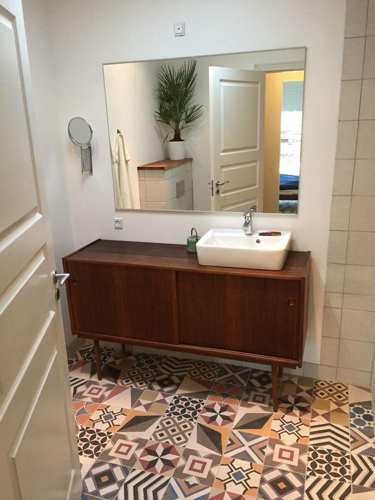 Retro bathroom - DIY / badeværelse pg vask bygget af teakskænk   www.liseogmichael.dk  Instagram: lisevandborg