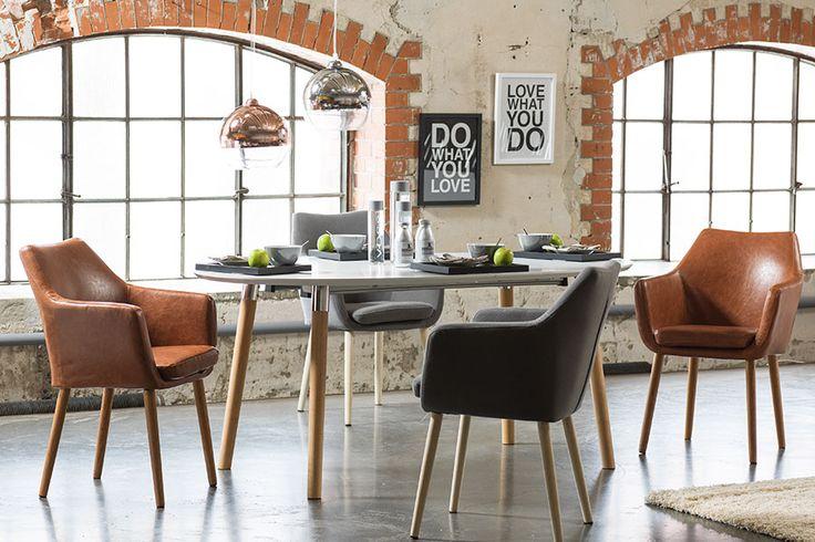 Sete og rygg i lysegrått tekstil. Understell i hvitpigmentert eik.Her vist med Belina spisebord.