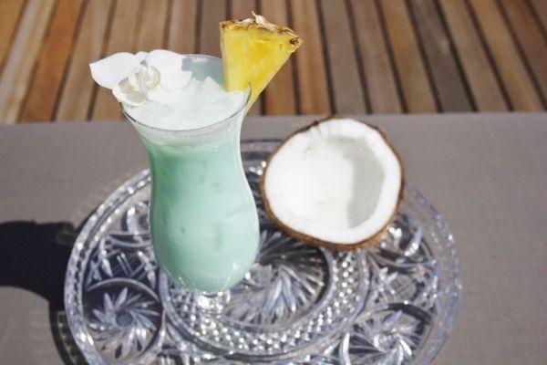 De Blue Hawaiian wordt gemaakt van kokosmelk, rum, blue curacao en ananas. Wil je deze ook thuis zelf een keer maken? Bekijk het recept en probeer hem uit!