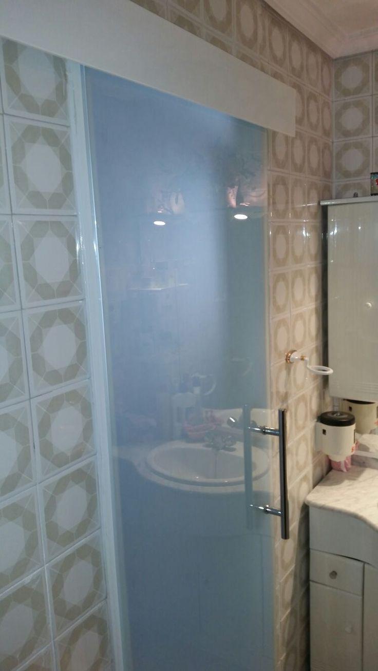 puerta corredera de vidrio templado con mochetas y galeras en aluminio blanco con