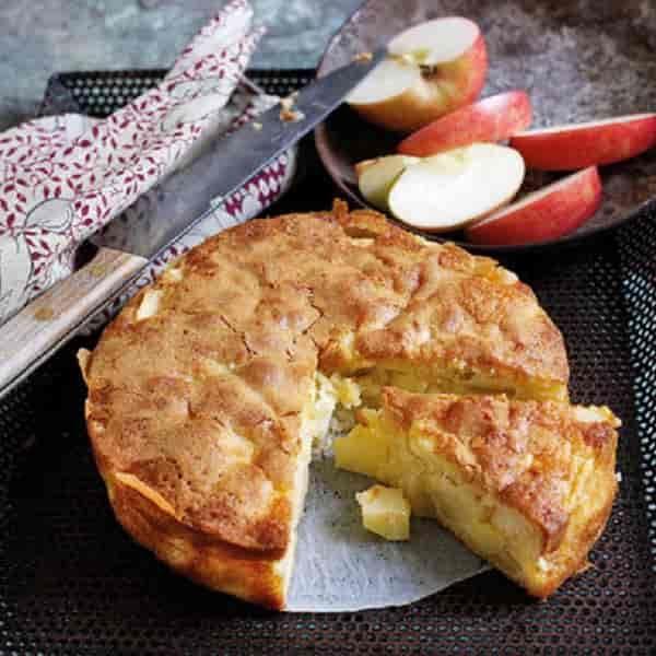 Receita deBolo de Maçã Éum bolo bem simples, húmidoeé uma delícia! Temos a certeza que será um dos bolos favoritos da sua família e o que levamais tempo é descascar as maçãs.