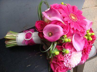 Lieflijk roze bruidsboeket met stijlvol afgewerkt handvat.