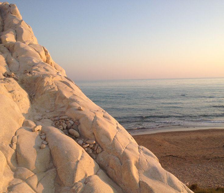 Capo Bianco (AG) - La marna argillosa di Capo Bianco, la vista dall'alto sulla spiaggia sotto il Capo - The clay marl of Capo Bianco, the view of the beach in front of the Cape.