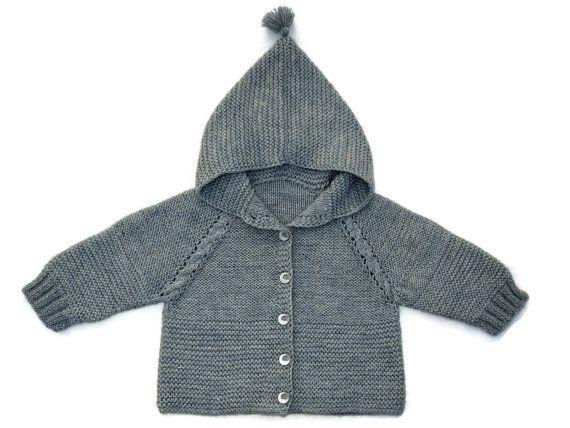 Wunderbare Kapuzensweater für Ihr Baby gestrickt aus einem Wolle-Garn, weich und warm. Ihr Kind in diesem Cardigan wird warm und gemütlich sein. Liebenswert Geschenk für Neugeborene. Made to Auftragszeit ist ca. 7-10 Tage.  !!! GRÖßE FÜR 9 BIS 12 MONATE IST AUF LAGER!!!  Materialien: Wolle - 75 %, Polyamid - 25 %.  Handwäsche und Luft trocknen empfohlen.  Auch können Sie sehen:  Babypullover Terracotta - https://www.etsy.com/listing/483049076  Multicolor Babypullover…