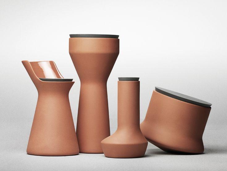 Benjamin Hubertha progettato una serie di barattoli di terracotta con l'interno smaltato e il coperchio di morbido silicone. Realizzati dalla daneseMenu, sono una riuscita sintesi tra la tradizione dell'argilla modellata e un materiale industriale contemporaneo.