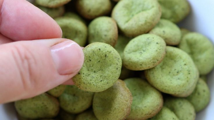 Green homemade baby puffs with apple and kale: gluten free + dairy free + refined sugar free.