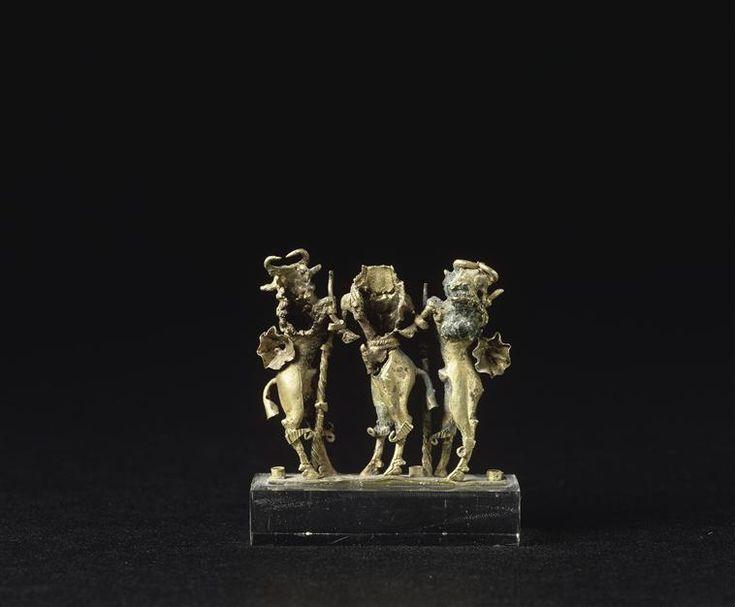 Pendeloque en or : homme taureau Enkidu maintenant deux taureaux androcéphales  Période :  3e millénaire avant J.-C., époque sumérienne (vers 2900-2200 av J.-C.) - (Mésopotamie)