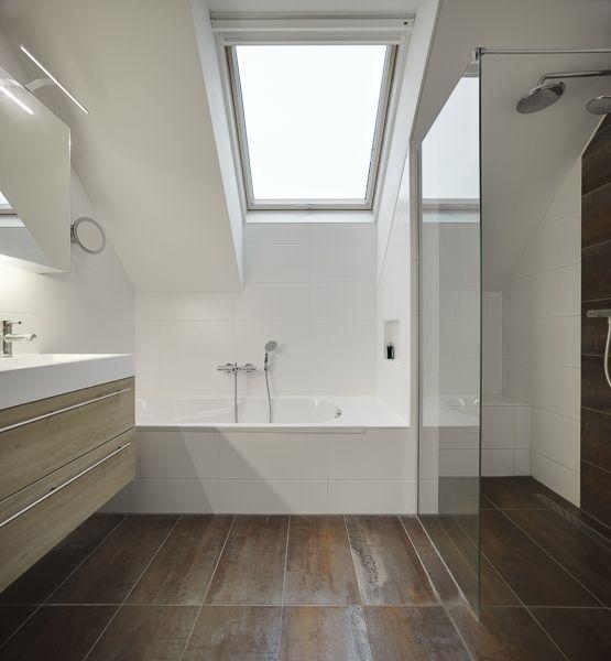 Inspiratie voor het verbouwen van de badkamer met schuine wand. Kijk eens naar deze oplossing met #FAKRO dakraam. #verbouwen #inspiratie