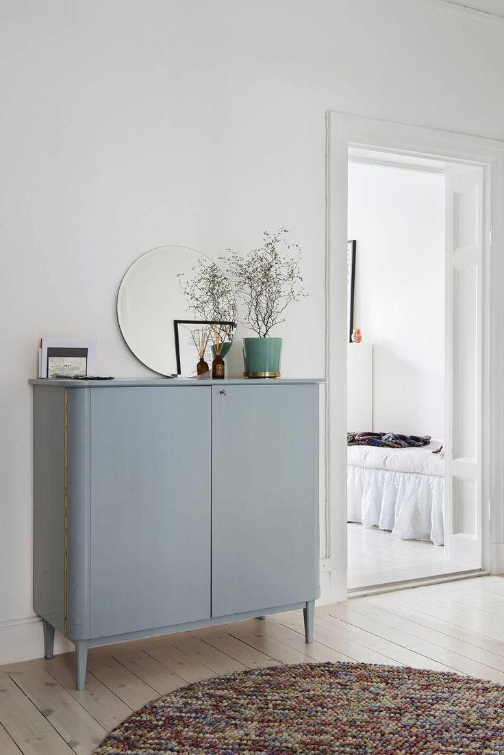 Un mueble azul grisáceo muy elegante.