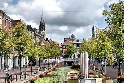 Delft es una pequeña ciudad ubicada en Holanda Meridional, a medio camino entre Rotterdam y La Haya, en los Países Bajos. El centro urbano está conformado por una amalgama de bonitos canales, edificios palaciegos y cafés al aire libre que le confieren un ambiente especial y pintoresco. Via Xixerone.com