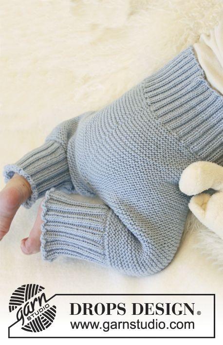 """Sættet består af: Strikkede DROPS sokker, bukser og jakke med rundt bærestykke og brombærmønster i """"Alpaca"""" Gratis opskrifter fra DROPS Design."""