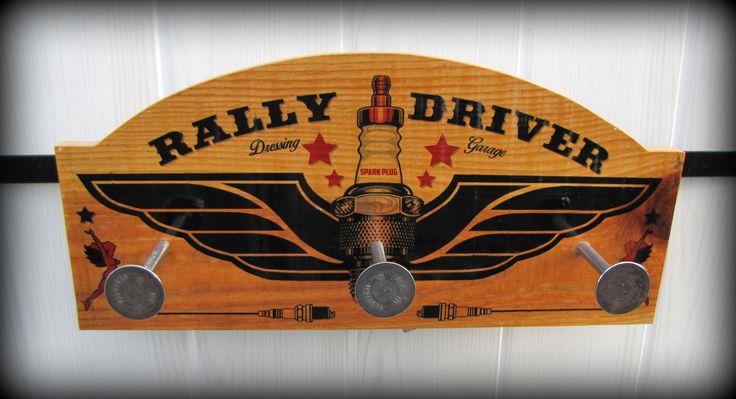 fr_patere_rally_driver_avec_soupapes_auto_ancienne_par_deco_bolides_
