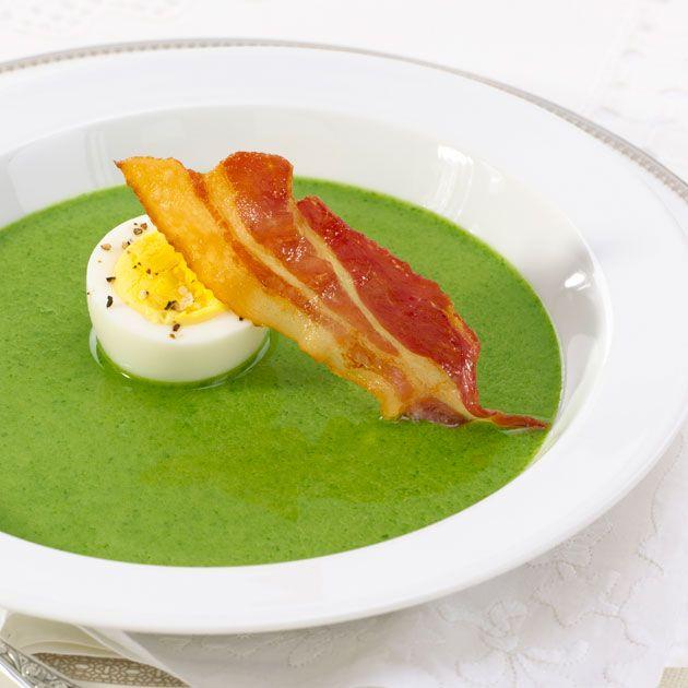 En sunn og enkel spinatsuppe med kokt egg og sprøtt bacon som er klar på halvtimen. Kun 337 kalorier per porsjon!