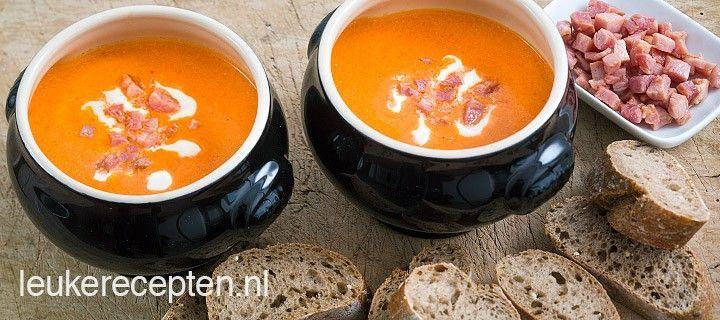 Met maar een paar ingrediënten maak je deze lekkere soep met geroosterde paprika en gebakken spekjes
