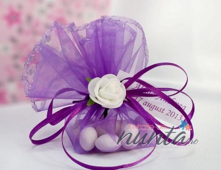 Marturie de nunta saculet mov cu bomboane si trandafiras alb