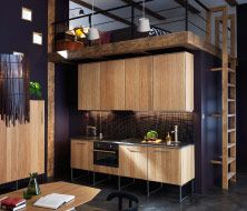 Moderne lineaire keuken met HYTTAN deuren en lade fronten en donker werkblad, toch wel gaaf daarbovenop dat bed.