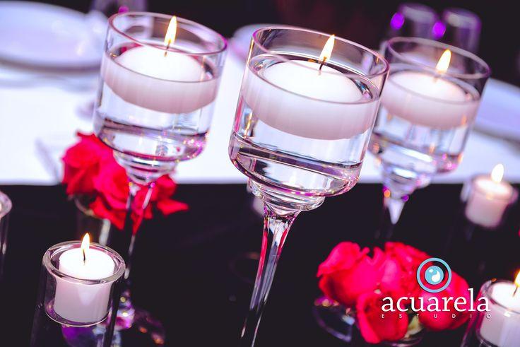 Mantel negro, rosas y velas flotantes en diferentes tamaños. Qué te parece esta combinación para una fiesta de noche? #Arreglos #Mesa #Rosas #Antro #Fiesta #Noche