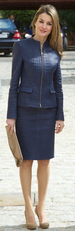 Letizia lució muy bien con este traje de falda y chaqueta de cuero en color azul plomo, imitando la piel de cocodrilo.