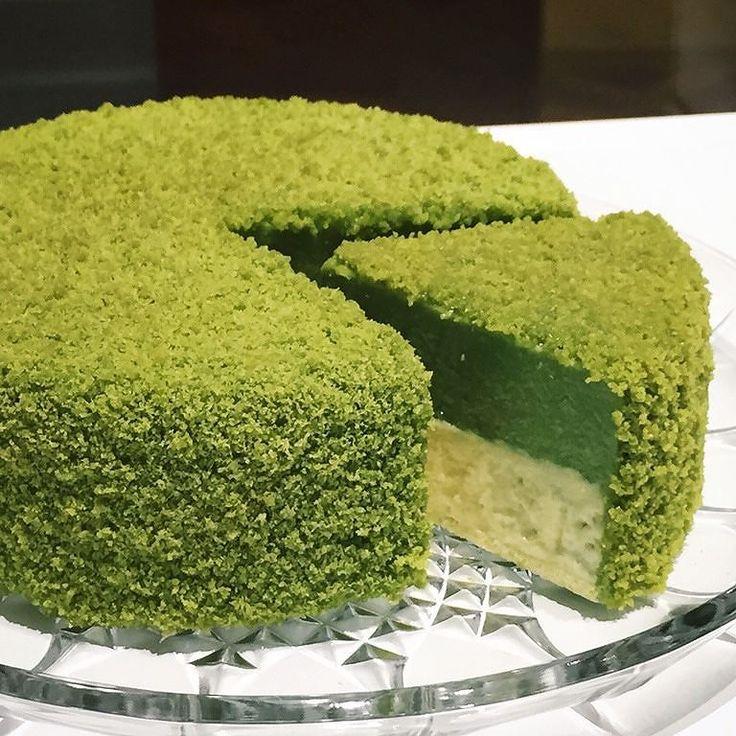 """Penggemar green tea? Kudu cobain yang satu ini nih! Tap dua kali kalo kamu pecinta green tea :D . """"Mascarpone cheesecake dan greentea cream dibalur sama serpihan greentea sponge cake. Cheesecakenya super duper fluffy light dan meleleh di mulut. Kalo lo penyuka matcha harus banget kudu nyoba ini!"""" . Foto dan review di pergikuliner.com oleh @magdalenaf . DORE by LeTAO - Thamrin by pergikuliner"""