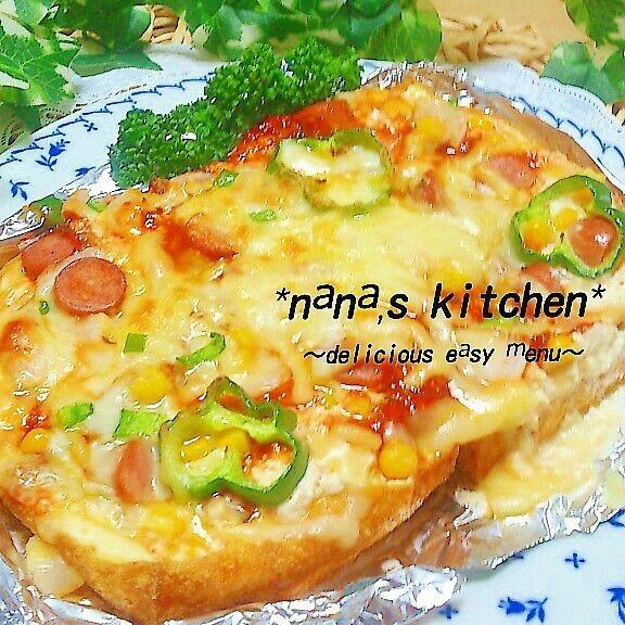 今日のランチは まるまる厚揚げのグラタン風ピザ くりぬいた厚揚げはクリーム状にし 厚揚げに つめたら 後は ピザを作る用量でトッピングし トースターで焼いただけ☆ 中はクリーム状のおいしいお豆腐が ふわふわトロ~り♪ ピザ風味ととてもマッチング~☆-( ^-゚)v 厚揚げで食べごたえも充分にあり 厚揚げ一枚で 娘っちと二人で お腹も満足でした☆ ~材料~ 厚揚げ 一枚 ●牛乳 大さじ2~3 ●マヨネーズ コサジ1 小麦粉 コサジ半 顆粒コンソメ 少々 塩胡椒 少々 シュレッドチーズ 適量 ホールコーン 適量 玉ねぎ ピーマン ウインナー 適量 ピザソース 適量 (*ケチャップ 大さじ2 *オリーブオイル コサジ1 *ニンニクすりおろし 少々 *ドライオレガノ バジル 適量 を混ぜた自家製ピザソースでした!;)