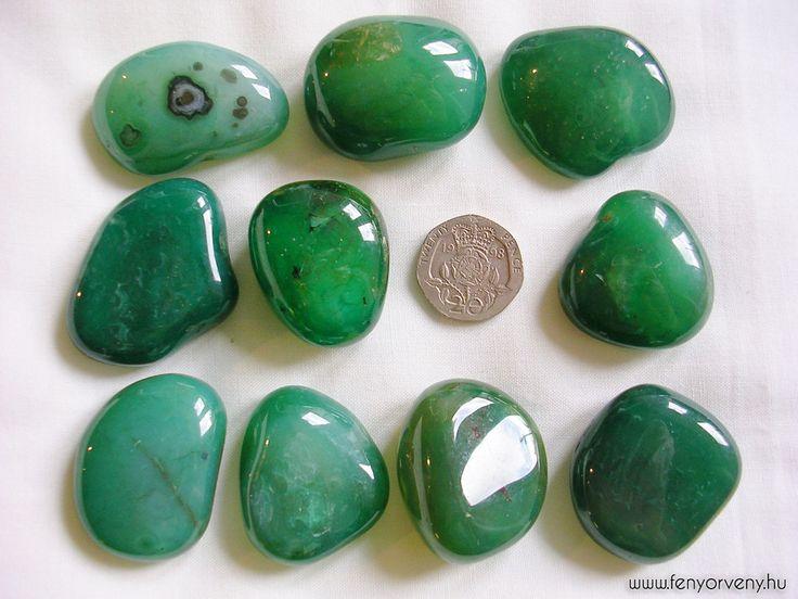 Kristálygyógyászat / Gyógyító kövek: Zöld achát Minden hiedelemmel ellentétben a zöld achát is, nem mesterségesen előállított kő. Fehér achátból készítik, és zöld festékbe áztatják. A fehér achát magába szívja a festéket, a festék energiáját. A szívcsakra zöld és rózsaszín energiával dolgozik. Ezért a zöld achát a szívcsakrába, a korona csakrába, a torokcsakrába, és a kettes csakrába kapcsolódik. Ez a kő a gyengédség, az együttérzés és a gondoskodás köve.