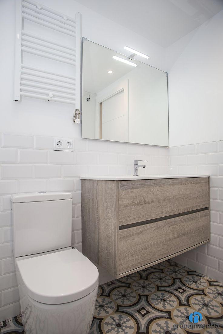 en el cuarto de bao destacan los azulejos biselados blancos adems cuenta con un