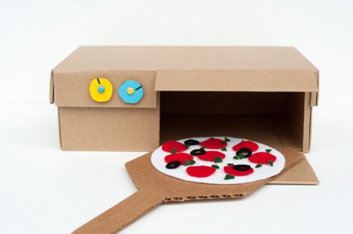 #DIY : découvrez le petit four à Pizza fait à partir d'une boite à chaussure ! Une activité sympathique à faire avec ses enfants, ces petits gastronomes en culotte courte :D #kiri #enfant #DIY #craft #four #activite #pizza Made by Joel » DIY Shoebox Pizza Oven Toy