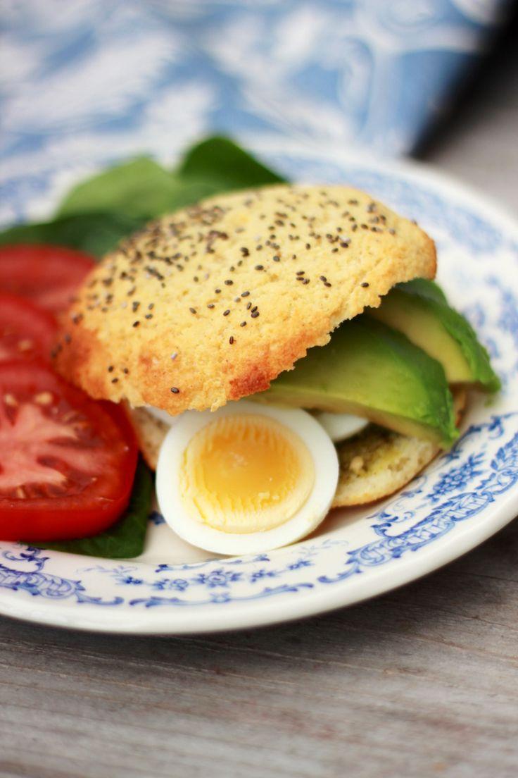 """Kesofrallor, 7 st  6 ägg 250 gr keso 1,5 dl kokosmjöl 2 msk fiberhusk 4 tsk bakpulver 2 msk smält kokosolja 1 nypa salt lite frö till att strö över (man kan även ha i lite frö i smeten om man vill ha lite mer """"crunsch"""") Knäcken äggen i en bunke och mixa slätt tillsammans med keso. Ha i övriga ingredienser och blanda slätt. Med blöta händer, forma frallor och lägg på en plåt. Strö över lite frö (jag använde chai-frö) och grädde i ugnen i 15-20 min på ca 200 grader.  Ev lite lägre temperatur"""