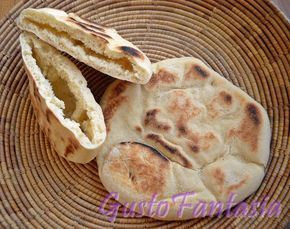 Qualche tempo fa per caso mi sono imbattuta in un video , una marocchina che preparava il Pane arabo cotto in padella antiaderente...ho trovato che la ricetta cambia man mano che ci si sposta nei paesi medio orientali