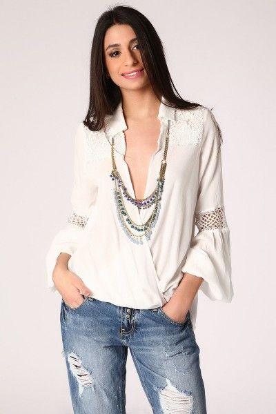 *Witte prachtige blouse met wrap front en gedrapeerd detail.  Kant detail op de schouders en gehaakt detail in de mouw.  Bijzondere blouse in ibiza style. Lage uit-snit voorkant.  Tip: draag er 1 van onze prachtige topjes onder.    Ketting en spijkerbroek  ook leverbaar.
