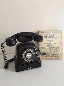 Pour  décoration ou collection, nous adorons cet ancien téléphone en bakélite. L'action de sa manivelle émet une sonnerie d'une autre époque elle aussi.... Très bel état de conservation. H. 25 cm  L. 26 cm  P. 16 cm